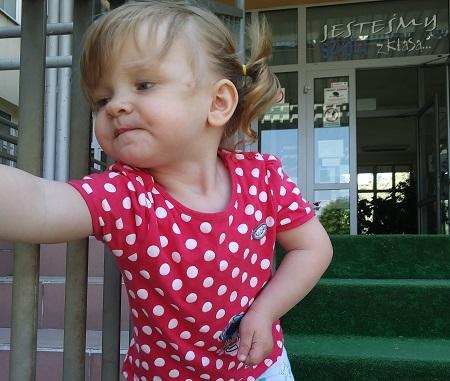 2-letnia dziewczynka potrzebuje rehabilitacji, żeby normalnie się rozwijać
