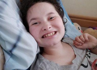 Potrącił ją samochód na przejściu dla pieszych. Żeby wrócić do zdrowia, Karolina potrzebuje rehabilitacji.