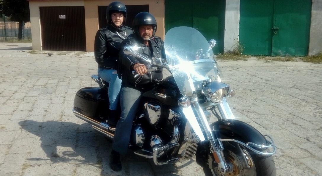 Ulrszula ze swoim mężem na motorze przed domem