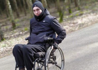 Patryk na wózku inwalidzkim