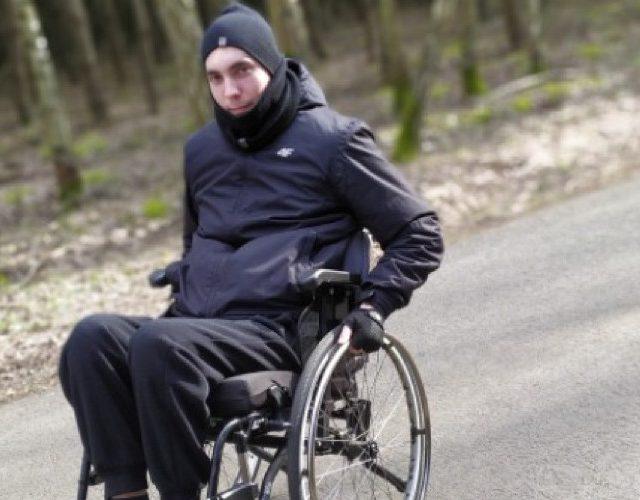 Patryk został potrącony na przejściu dla pieszych, jeździ na wózku i chce wrócić do zdrowia