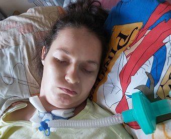 Pomóż obudzić Paulinę, czeka na nią dwójka małych dzieci